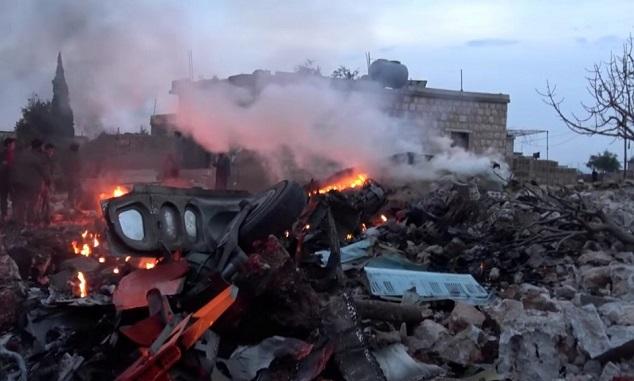 Τα φλεγόμενα συντρίμματα του ρωσικού αεροπλάνου που καταρρίφτηκε κοντά στον Ιντλίμπ, στις 3 Φεβρουαρίου.